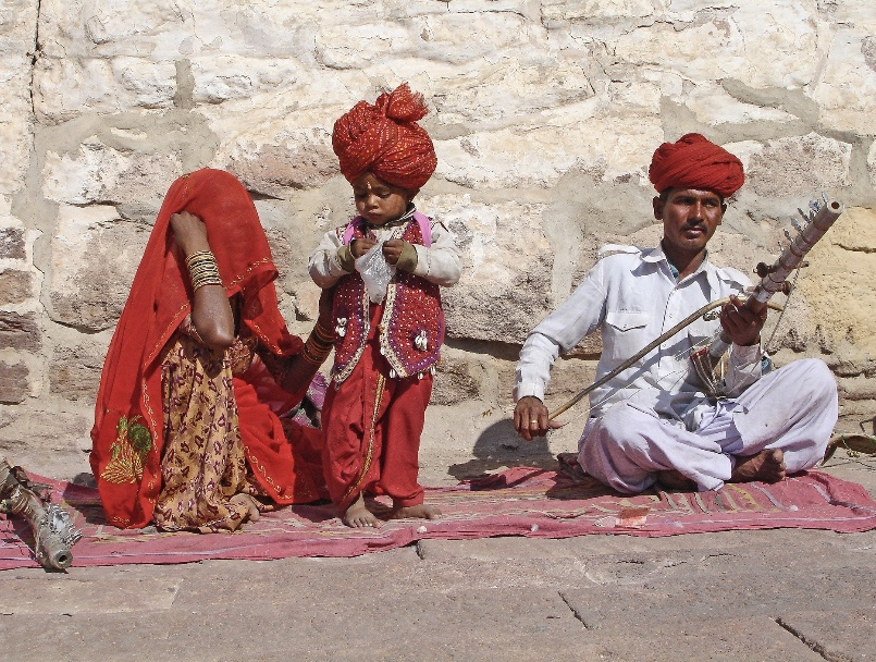 Playing Rajasthani folk music: Jodhpur fort